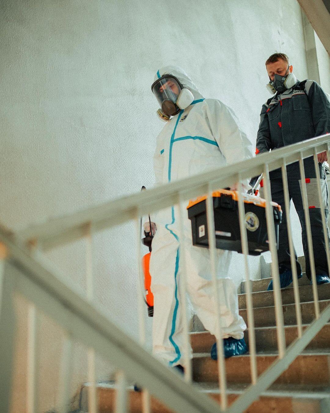 Дезинфекторы обрабатывают лестницу